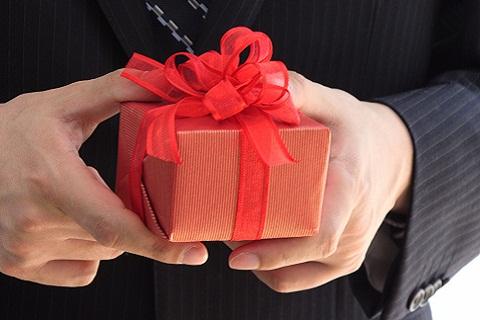 man hands present